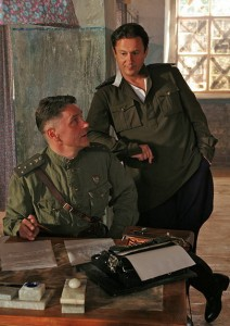 Олег Меньшиков (стоит)